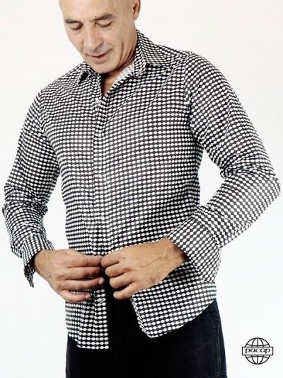 Das Hemd der Männer Knopf...