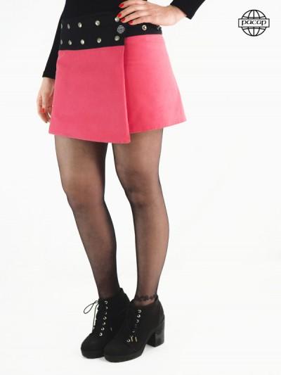 Jupe courte en velours rose ceinture noire a bouton pression coupe portefeuille asymetrique
